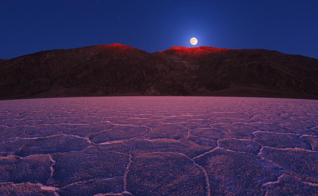 Долина Смерти Калифорния, США Служба национальных парков прилагает все усилия, чтобы контролировать световое загрязнение в районах, прилегающих к национальному заповеднику Долина Смерти. Надо сказать, со своей работой эти парни справляются на отлично — ночью Долину освещает лишь звездный свет.