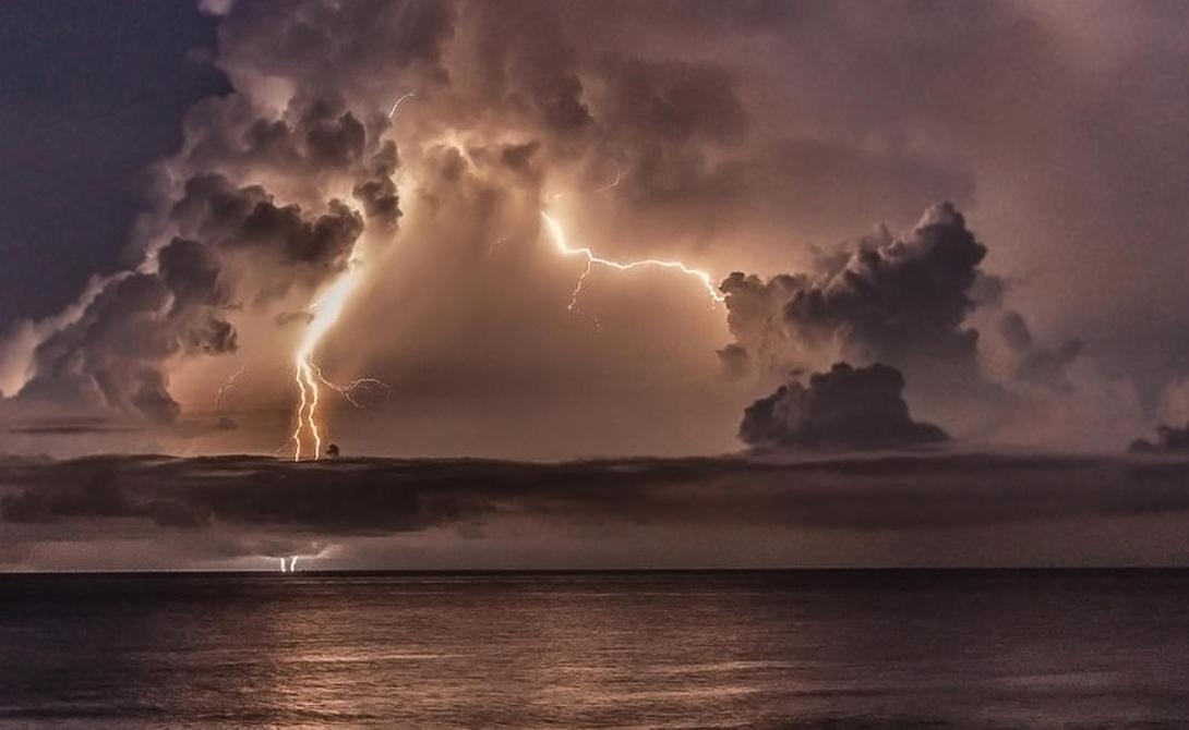 Озеро Маракайбо Венесуэла 232 вспышки молний на квадратный километр в год Этот солоноватый залив в Карибском море — то самое место, которое способно заставить вас поверить в гнев Зевса. Идеальное место для формирования молний, осенними ночами превращающееся в настоящий штормовой перевал. Когда теплый воздух с поверхности воды встречает холодные ветра с Анд, случается то, что местные жители зовут Бесконечным Штормом Кататумбо.