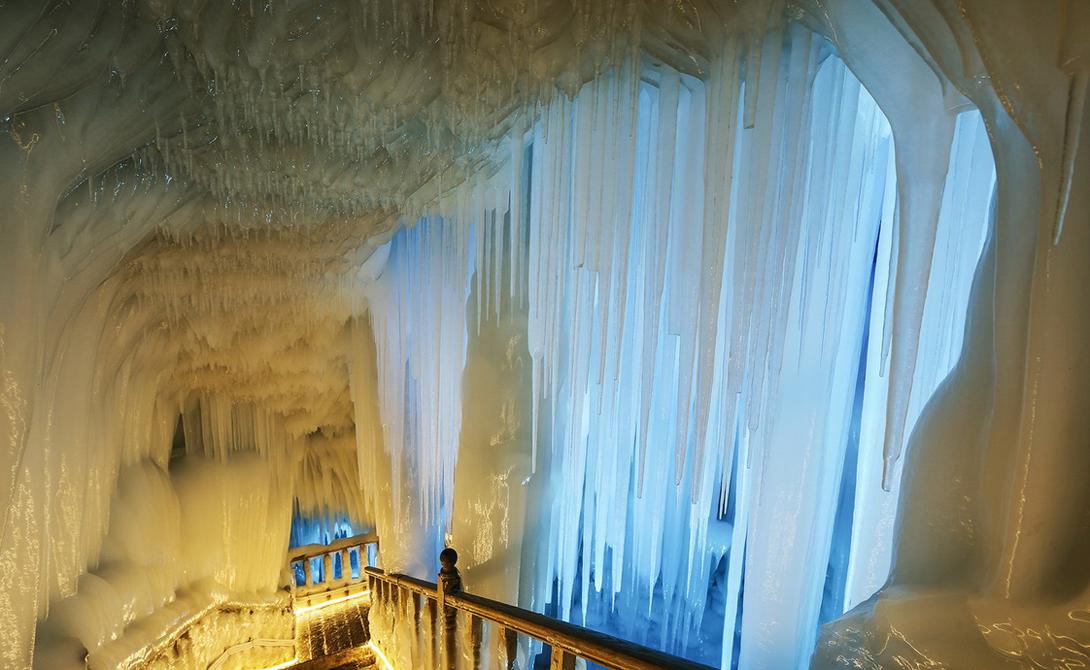 Освещенная сотнями цветных лампочек, великолепная в своем белоснежном одеянии пещера выглядит совсем безопасной. Однако, это впечатление обманчиво: в прошлом году здесь погибла группа туристов, случайно отбившихся от основной группы.