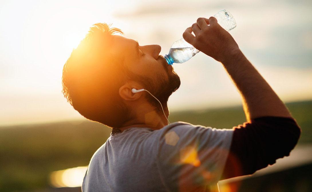 Обезвоживание Недостаток воды в организме многие люди ошибочно принимают за чувство голода. Возьмите за правило иметь на рабочем столе бутылку чистой воды. Это вполне может спасти вас от переедания.
