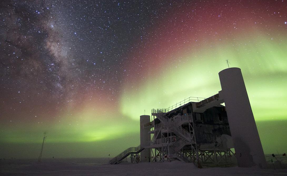 IceCube А это — самый большой нейтринный детектор в мире. IceCube, расположенный на Южном полюсе, использует 5,160 датчиков, распределенных среди более миллиарда тонн льда. Цель — получить нейтрино высоких энергий от чрезвычайно жестоких космических источников, таких как взрывающиеся звезды, черные дыры и нейтронные звезды. Когда нейтрино врезаются в молекулы воды во льду, они выпускают высокоэнергетические извержения субатомных частиц, которые могут распространится на несколько километров. Эти частицы движутся так быстро, что излучают краткий конус света, называемый конусом Черенкова. Ученые надеются использовать полученную информацию, чтобы восстановить путь нейтрино и определить их источник.