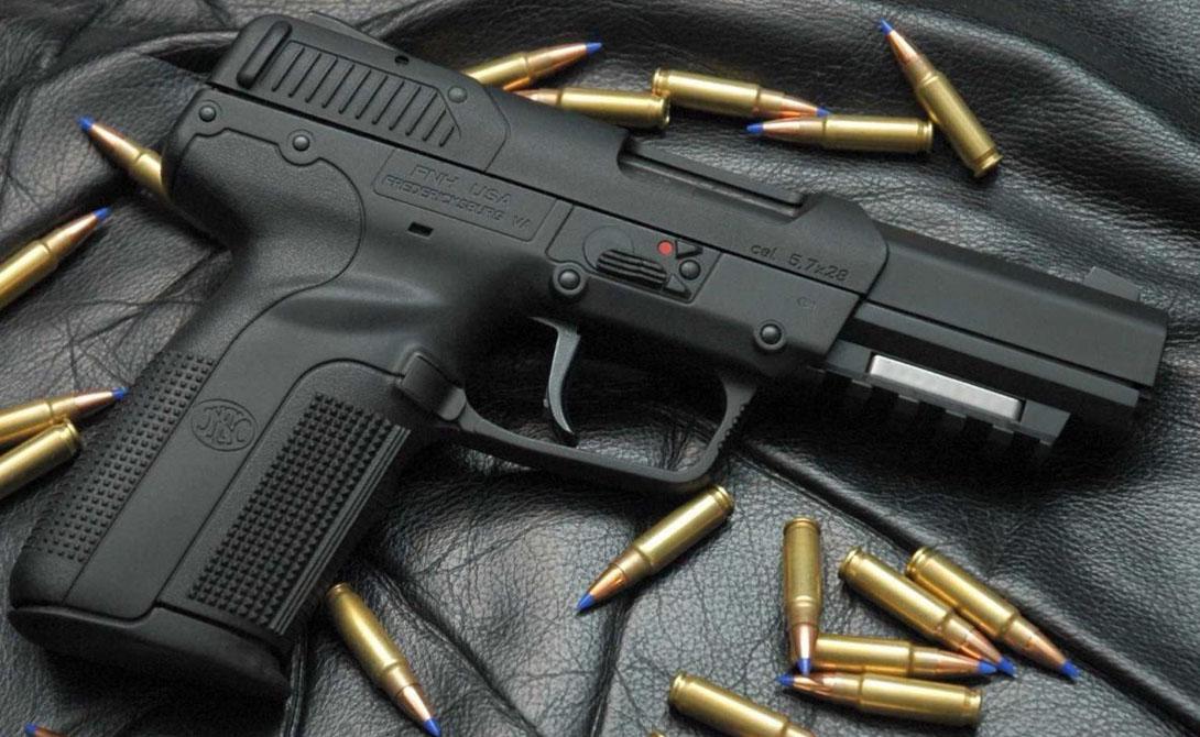FN 5-7 Этот ствол славен своей способностью пробивать самые мощные бронежилеты. Собственно, пушка настолько крута, что даже в Америке с их знаменитой поправкой, гражданский может купить ее только с коробкой спортивных патронов.