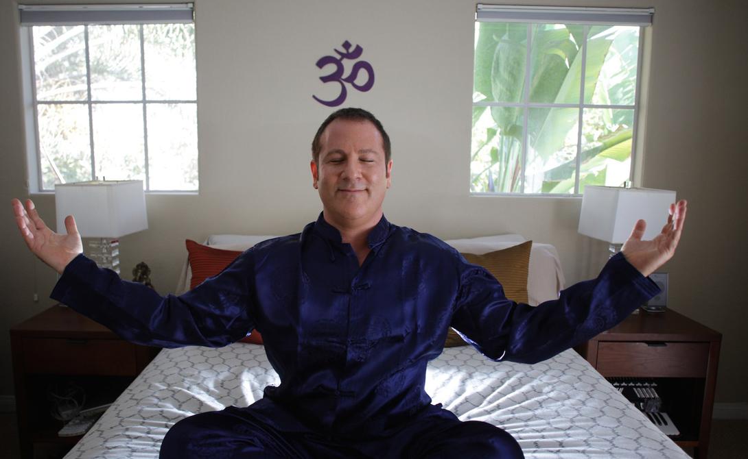 Медитативные практики Исследователи с кафедры психологии Гарвардского университета обнаружили, что люди, практикующие медитацию ежедневно, подсознательно учатся регулировать состояние своего разума. Скорее всего, дело тут именно в осознанности происходящего именно в данный момент: чаще всего выброс адреналина происходит как реакция на теоретически возможные неприятности в будущем. Попробуйте начать медитировать по утрам — результат появится уже через пару недель практики.