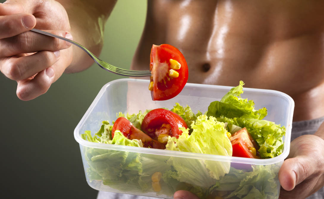 После тренировки После тренировки вам нужно получить повышение уровня инсулина, благотворно влияющего на адаптацию мышц к нагрузке и последующее их восстановление. Не стоит есть мясо, оно слишком долго усваивается. Откажитесь от кофе — замедляет восстановление мышц. В идеале стоить выпить белковый коктейль. Если нет возможности его приготовить — ешьте творог, куриную грудку, любую рыбу.