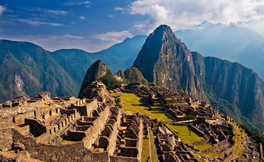 Мачу-Пикчу Перу Знаменитый город инков был построен еще в 15 веке. Мачу-Пикчу расположен высоко на горном хребте, который доминирует над Священной Долиной Перу. Археологи предполагают, что город строился как поместье для одного из императоров инков, Пачакуту.