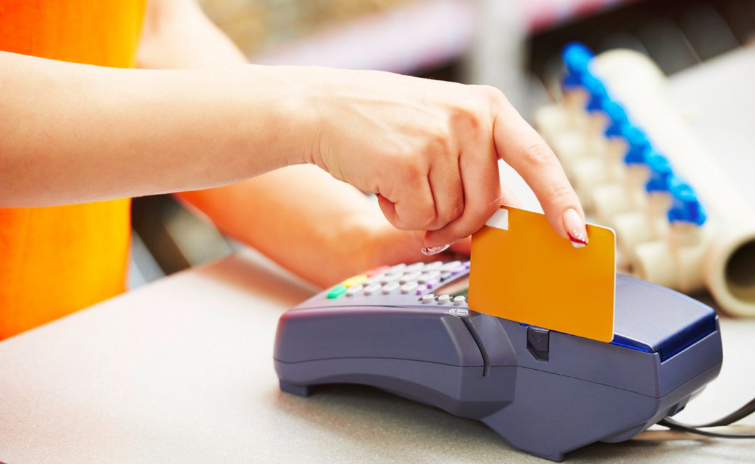 Банковская карта Подберите специальную карту, для расчета за рубежом. К примеру, карта банка Tinkoff даст возможность снять любую сумму наличных без дополнительной комиссии.