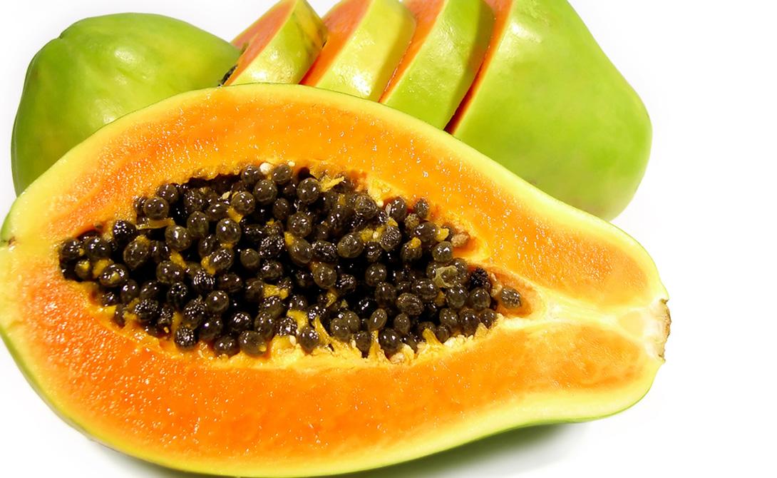 Папайя Только в папайе содержится уникальное вещество папаин, активно способствующее расщеплению поступивших с пищей белков. Попробуйте есть несколько кусочков папайи после каждого второго приема пищи.