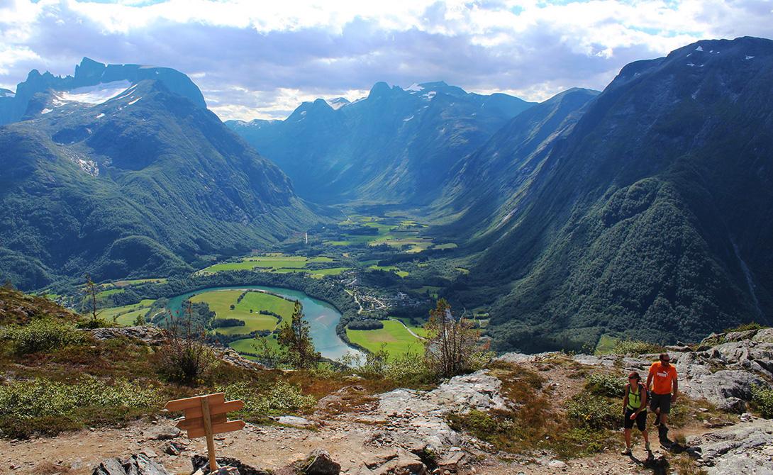 Ромсналь Норвегия Путешествие по Норвегии может стать самым захватывающим делом вашей жизни: северное сияние, бесконечная череда фьордов и фирменная меланхолия страны сделают свое дело. Ромсналь — средоточие норвежской уединенности.
