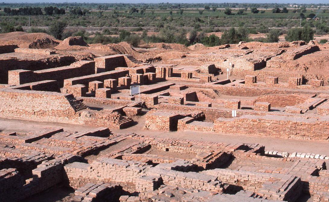 Хараппская цивилизация Наряду с древнеегипетской и шумерской, индская цивилизация считается одной из древнейших в истории человечества. Она занимала гигантскую территорию, раскинувшуюся сразу на два материка. К сожалению, хараппская культура также пришла в упадок: археологи находят немало свидетельств того, как люди совершенно внезапно срывались с мест целыми городами и уходили в бесплодные земли.