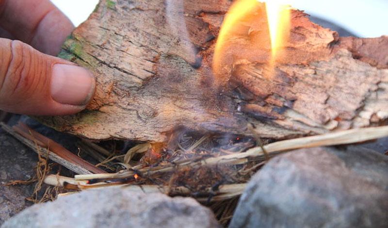Катаем вату Вата отлично подходит для растопки, поскольку легко воспламеняется — можно обойтись и без спичек. Сделайте плотный рулончик ваты и энергично катайте его по дереву. При нагревании пористый материал насыщается кислородом, катализатором реакции окисления, а трение о дерево провоцирует повышение температуры.