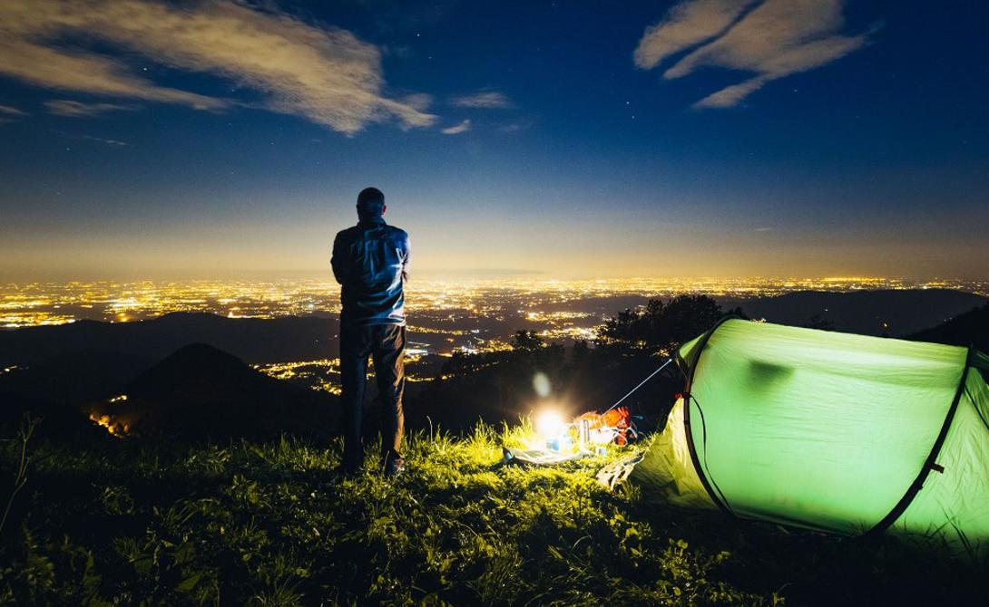 Обратите внимание на естественное укрытие от солнца — да и вообще, разбивайте кемпинг в соответствии с естественным ритмом дня: установите палатку в тени скалы или деревьев, но так, чтобы утреннее солнце смогло разбудить вас и согреть.