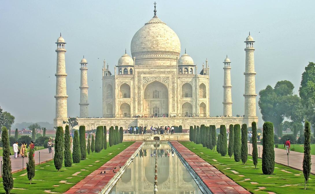 Тадж-Махал Агра, Индия Этот мраморный мавзолей был построен императором Моголов Ша Джахана: безутешный властитель повелел возвести монументальную постройку в память о покойной третьей жене, Мумтаз-Махал. Строительство завершилось в 1632 году.