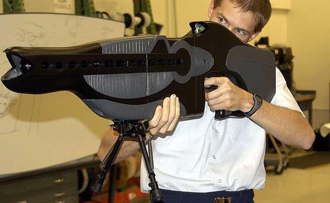 PHASR Ок, перед вами — самая настоящая лазерная пушка. Правда, нелетального воздействия. PHASR применяется для дезориентации и ослепления противника. Привет пилотам вражеских ВВС.