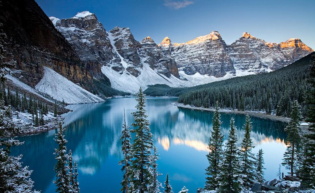 Долина Десяти Пиков Канада Одна из самых красивых долин мира расположена на территории национального парка в Канаде. Ее окружают, как можно догадаться из названия, 10 горных пиков уникальной формы. У входа в долину придется оставить машину: путешествия здесь разрешены только пешие.