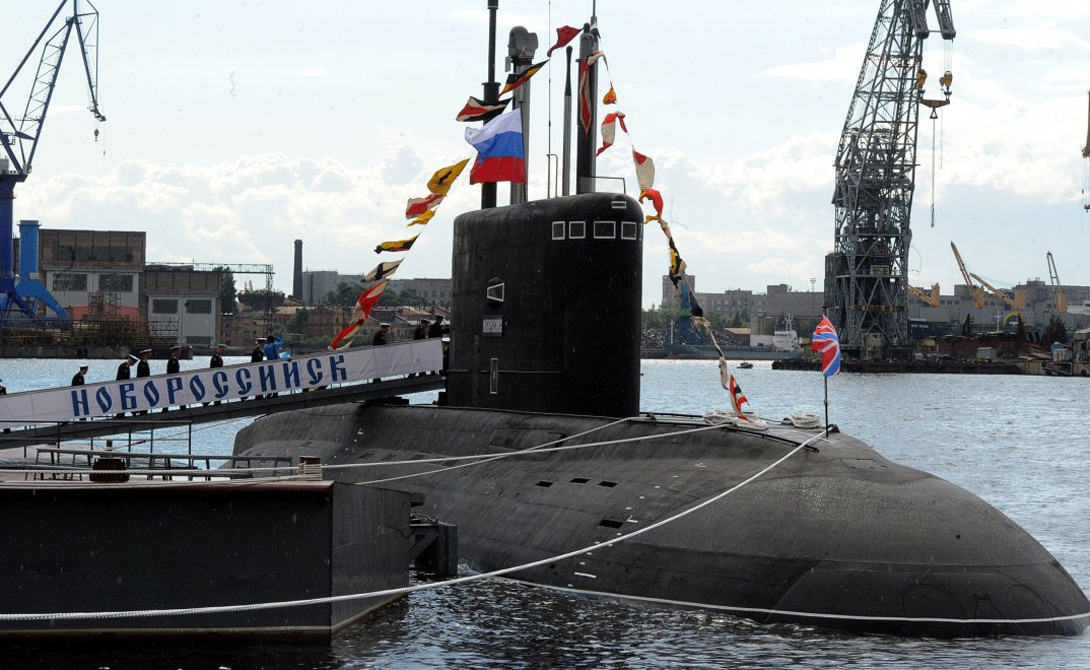 Б-261 Первая из шести дизель-электрических подводных лодок, «Новороссийск», была спущена с верфей Санкт-Петербурга в прошлом году. Ее создатели утверждают, что инновационные стелс-технологии делают субмарину практически невидимой при погружении.