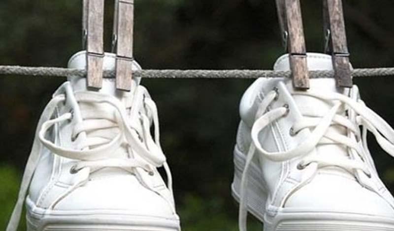 Заморозьте Бактерии не способны пережить низкие и высокие температуры. Поместите обувь в полиэтиленовый пакет и оставьте в морозилке до утра. Сушите на ярком солнце — двойной удар не оставит шанса плохому запаху.