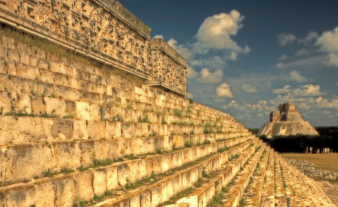 Первые города майя были построены в первом тысячелетии до нашей эры. В хронологии Мезоамерики, майя расположены между ольмеками и более поздними ацтеками. Археологи обнаружили тысячи древних городов майя, большинство из которых расположились по всему полуострову Юкатан на юге Мексики, Белиза и Гватемалы.