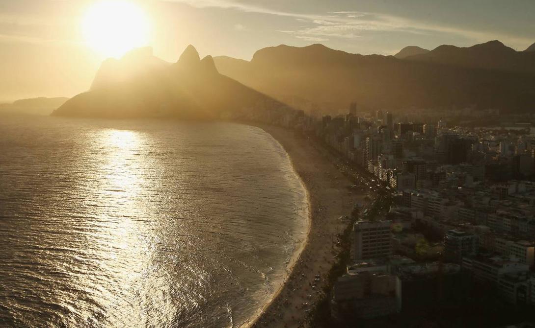 Окружающая красота Линия города спускается прямо в океан. Небоскребы на фоне гор, гипнотические восходы и закаты, пляжи и тропические леса: в Рио быстро привыкаешь к тому, что вокруг тебя постоянно красиво.