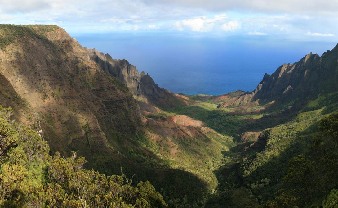 Долина Калалау Гавайи Эта красивая долина расположена на острове Кауаи. Калалау — родина одного из лучших пляжей мира. Вот только добраться сюда будет не так просто: здесь не ходит никакой транспорт. Неплохой повод проверить свои навыки походника!