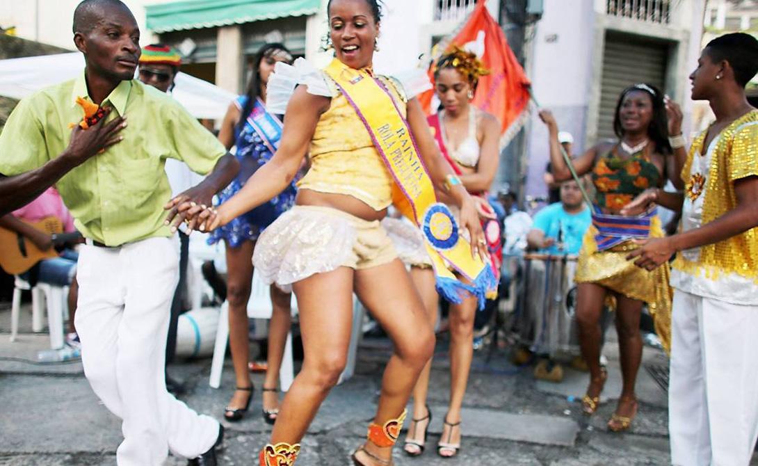 Самба Это родина самого горячего танца планеты. Заслышав звуки самбы, вы начнете танцевать непроизвольно, даже если никогда не танцевали до этого. Начать посещать школу самбы — лучшее, что может придумать экспат в Рио.