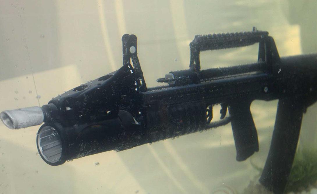 ADS ADS — штурмовая винтовка, предназначенная для использования под водой. Она уже применяется российскими спецслужбами. Винтовка способна выпускать до 700 выстрелов в минуту на дистанции в 25 метров.