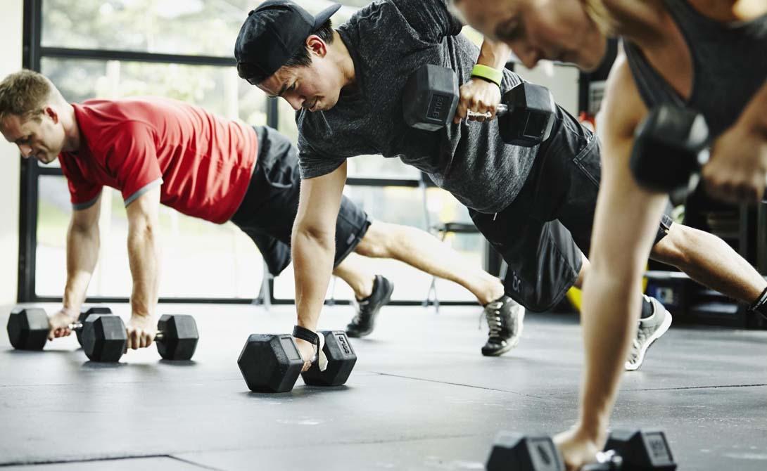 Но это справедливо лишь для поддержания общего тонуса организма. Тем же, кто хочет добиться большего, придется и работать больше. Привести себя в форму за максимально короткий срок поможет только регулярное посещение спортзала: три, а затем и четыре раза в неделю. Не бойтесь перетренированности — лучше бойтесь лишнего веса и связанных с этим проблем.