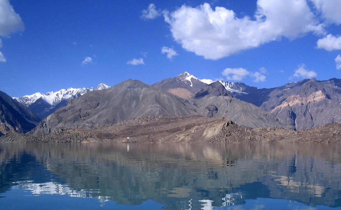 Таджикский национальный парк Таджикистан Национальный парк Таджикистана охватывает более 2,5 миллиона гектаров на востоке страны. Плато на востоке и западе, скалистые пики, некоторые из которых достигают 7 000 в высоту — и, в качестве бонуса, экстремальные сезонные колебания температуры.