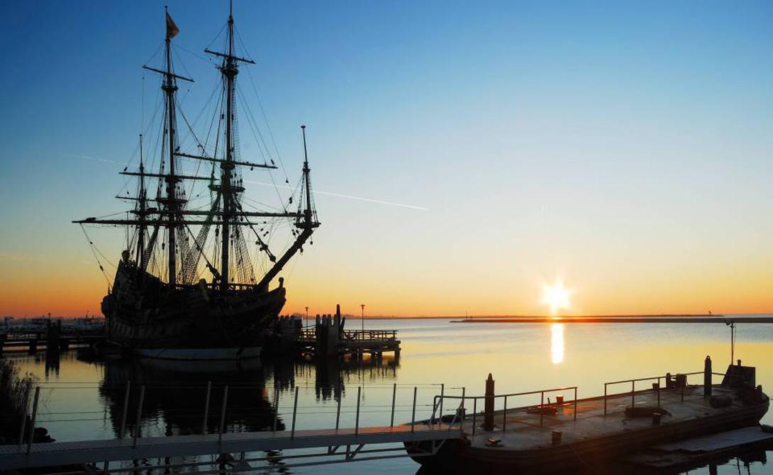 Свистать всех наверх В компании своей систершип, Dover Merchant, торговец сделал короткую остановку в Кадис, что на Испанском побережье. Здесь капитан пополнил запасы продовольствия и питьевой воды — а заодно, совершенно внезапно, получил дополнительный груз золотых монет. Дело в том, что стоящий на фарватере испанский торговец внезапно загорелся и владельцы порта предложили англичанину перевезти драгоценный груз за внушительную сумму.