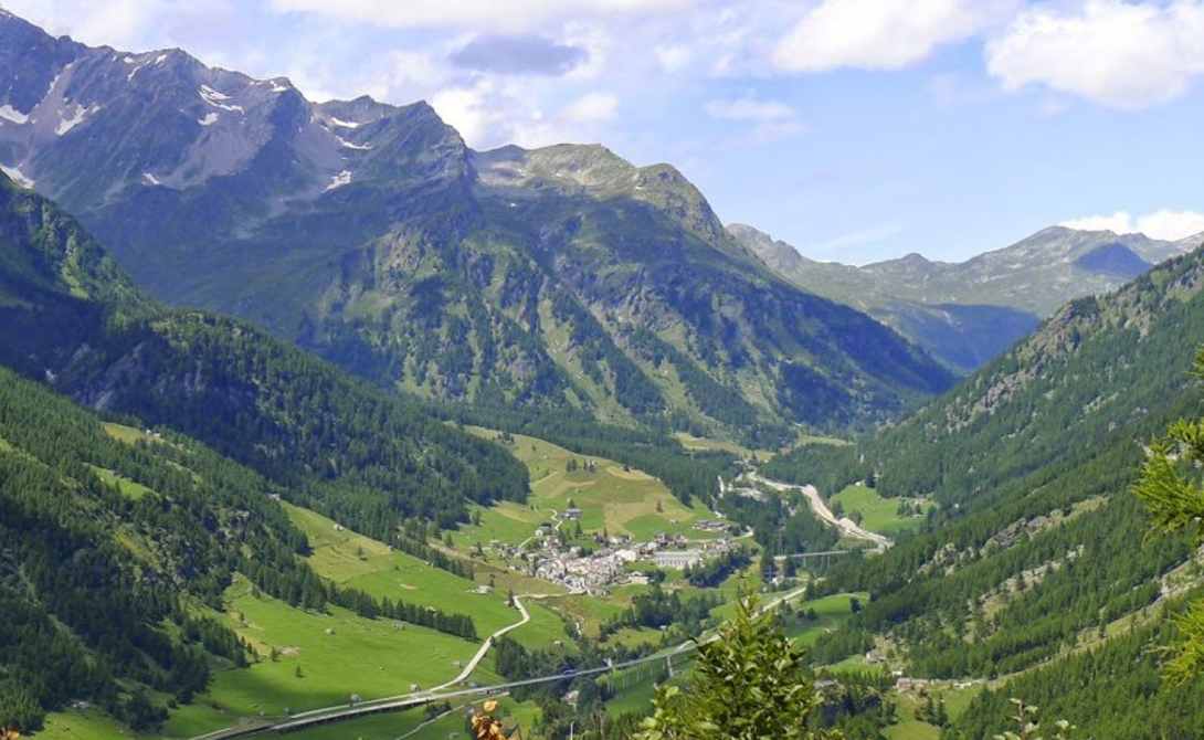 Симплон Италия Знаменитая альпийская долина раскинулась между нескольких четырехтысячников. Симплон Велли разделяет Швейцарию и Италию, так что у вас есть уникальная возможность устроить пикник на границе двух стран.
