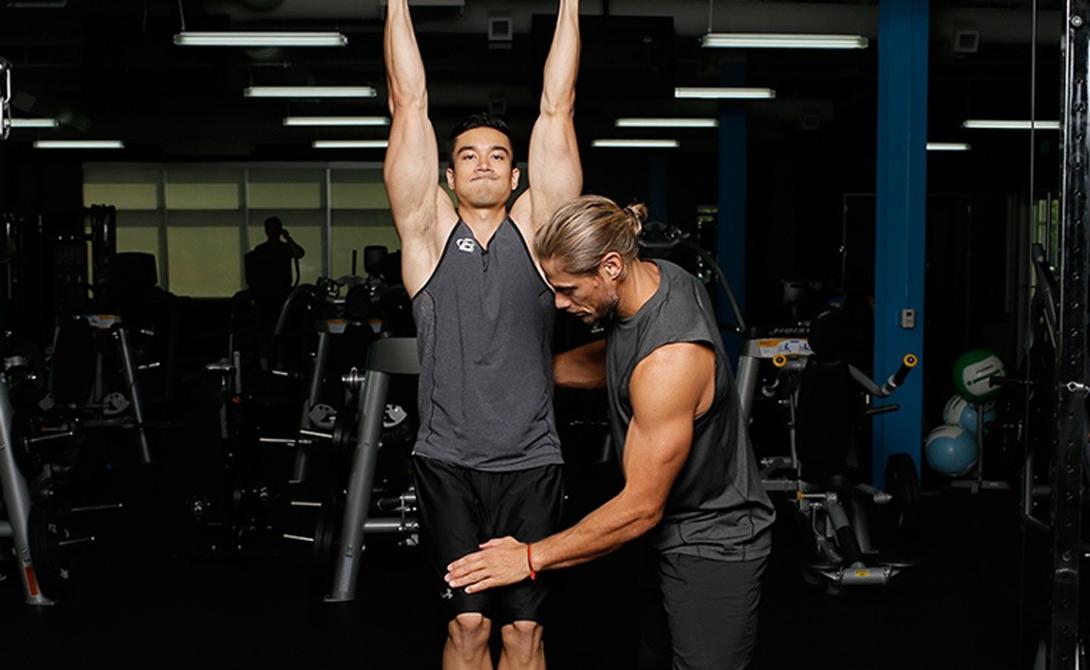 Подъем ног в висе Это упражнение прокачивает самую непослушную, нижнюю часть пресса. Вы, вероятно, замечали, что даже постоянные тренировки оформляют лишь пару верхних кубиков — все правильно, для формирования красивого и гармонично развитого живота придется постараться больше. Исходное положение — вис на перекладине, руки поставлены чуть шире уровня плеч. Поднимайте прямые ноги до полной параллели с полом, не торопитесь. В конечной точке сделайте секундную паузу, выдохните и опускайте ноги, все также сосредоточенно, сопротивляясь инерции.