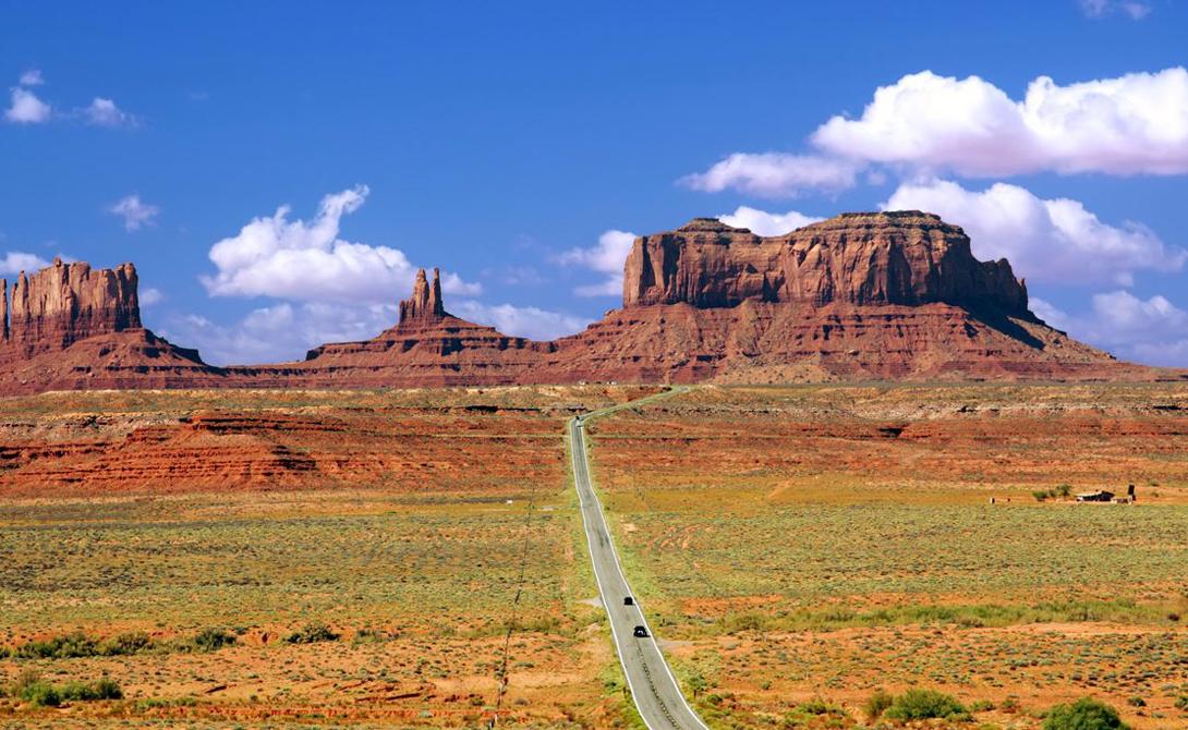Byway 163 США Живописная Byway 163 тянется от границы Аризоны до Юты. Знаменитая Долина Монументов, красные, будто принесенные с Марса скалы, пустынный пейзаж — эта дорога то, что требуется настоящему лонлирайдеру.