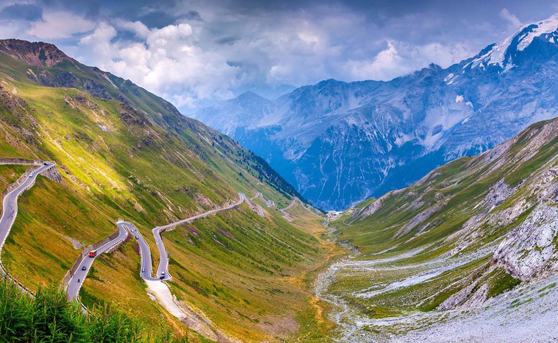 Stelvio Pass Италия Эта трасса считается самой сложной во всей Италии. 48 подъемов, способных заставить вспотеть самый мощный внедорожник, и вдвое больше резких поворотов, способных довести до нервного срыва и мастера дрифта.