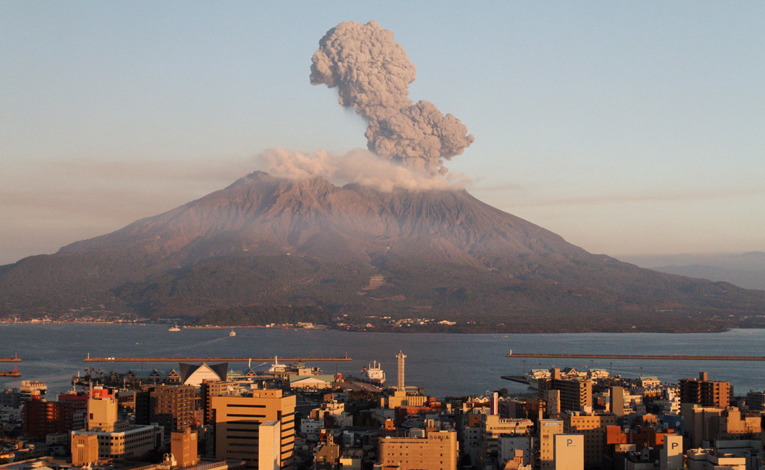 Сакураджима Япония На территории Японии сохранилось около 110 действующих вулканов. 47 из них неусыпно контролируются властями, больше всего опасающимися извержения Сакураджимы. Этот дремлющий до поры монстр довлеет над островом и семьюстами тысячами живущих здесь людей. В 1914 году Сакураджима извергал лаву несколько месяцев подряд, принеся гибель тридцати пяти местным рыбакам. В сентябре прошлого года вулкан вновь проснулся, а последнее небольшое извержение датировано февралем уже этого года. Нарастающая активность — всего лишь прелюдия к возможной катастрофе.