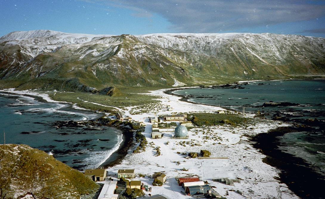 Маккуори Австралия Если вы любите пингвинов, то Маккуори — остров вашей мечты. Правда, есть одна небольшая сложность — островок расположен в целой тысяче километров от Новой Зеландии. Маккуори находится под контролем правительства Тасмании и остается домом для полусотни человек.