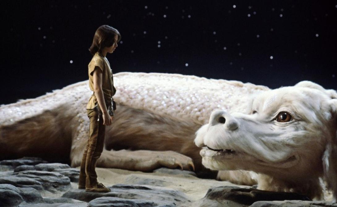 Фалькор Добрый малый! Легендарная NeverEnding Story 1984 года подарила миру одного из самых милых драконов в истории. Фалькор был больше похож на верного пса, чем на дракона.