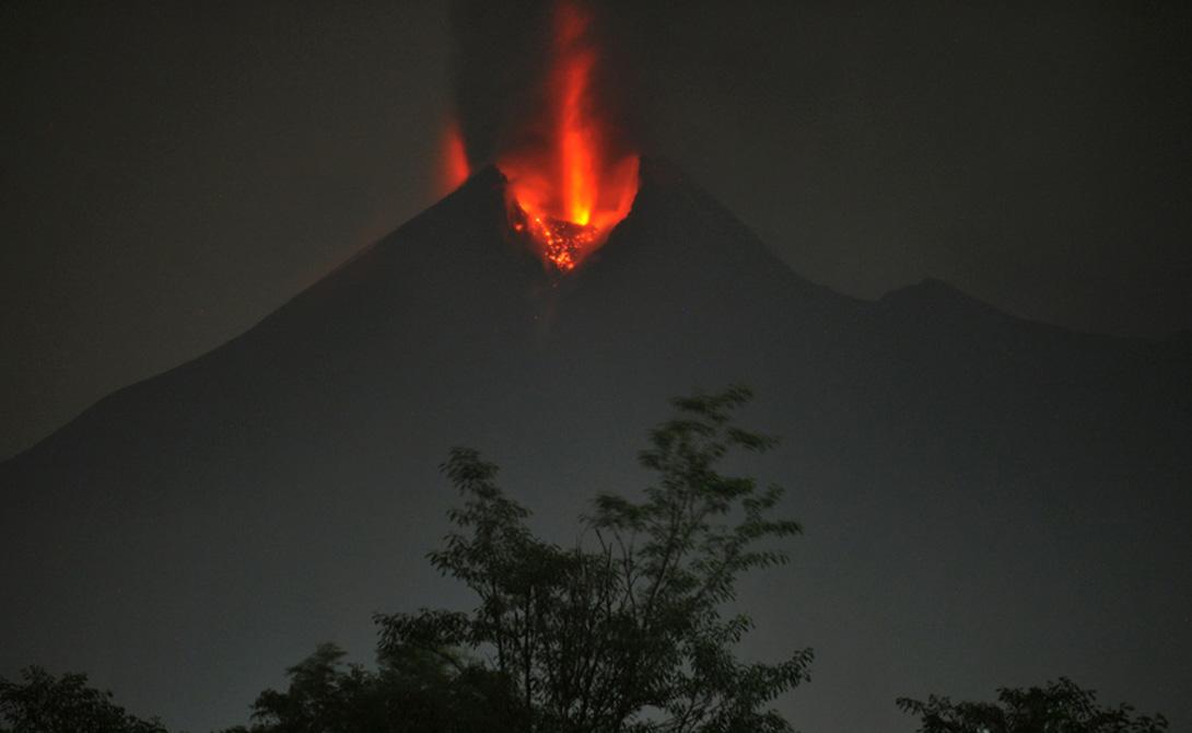Мерапи Ява, Индонезия Это самый активный вулкан Индонезии, уже не раз показывавший свою силу. Пять извержений, с 1006 года н.э. до 1930 года унесли жизни двух тысяч людей. В 2010 Мерапи вновь проснулся, погубив 353 жителей ближайшего города. Многие яванцы искренне верят в духов вулкана и пытаются их задобрить. И лучше бы у них все получилось: индийские сейсмологи опасаются нового извержения, которое может случиться в любой момент.