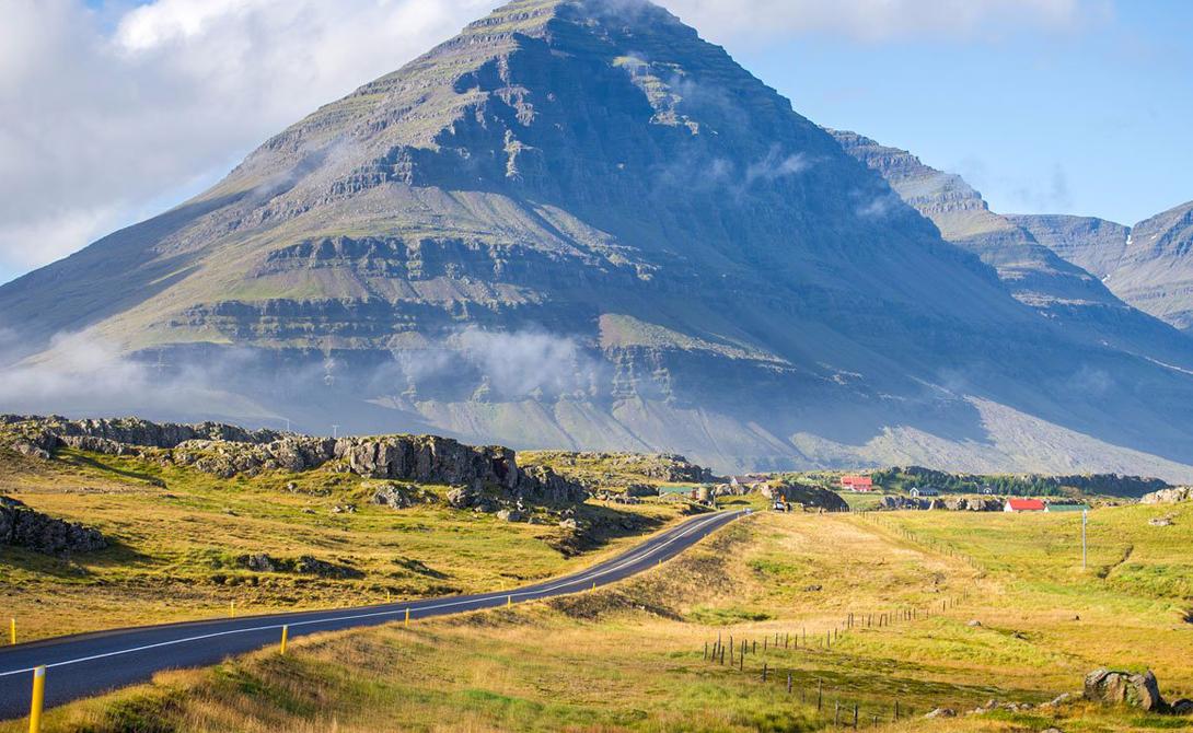 Ring Road Исландия Национальная дорога идет вокруг всей Ирландии и соединяет большинство населенных пунктов страны. По пути в гости можно увидеть много интересного: от грозных башен ледников, черно-песчаных пляжей, маячащих на горизонте айсбергов до животных, включая китов.