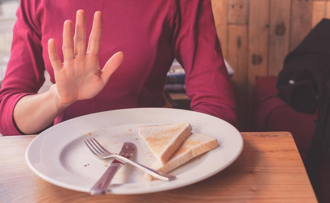 Еда в компании Директор центра USDA Human Nutrition Симин Никбин утверждает, что еда в компании друзей и родственников может помочь нам жить дольше. Пока непонятно, как именно работает этот процесс — однако, его эффективность доказана опытами. Власти Бразилии и вовсе выпустили отдельную брошюру с рекомендациями по этому поводу.