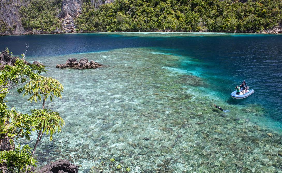 Острова Раджа-Ампат Индонезия Любителям подводных прогулок обязательно стоит посетить малоизвестные острова Раджа-Ампат, которые расположены на оконечности Западного Папуа. Помимо богатой океанской фауны, острова славятся белыми песчаными пляжами, скрытыми лагунами и захватывающими гротами.