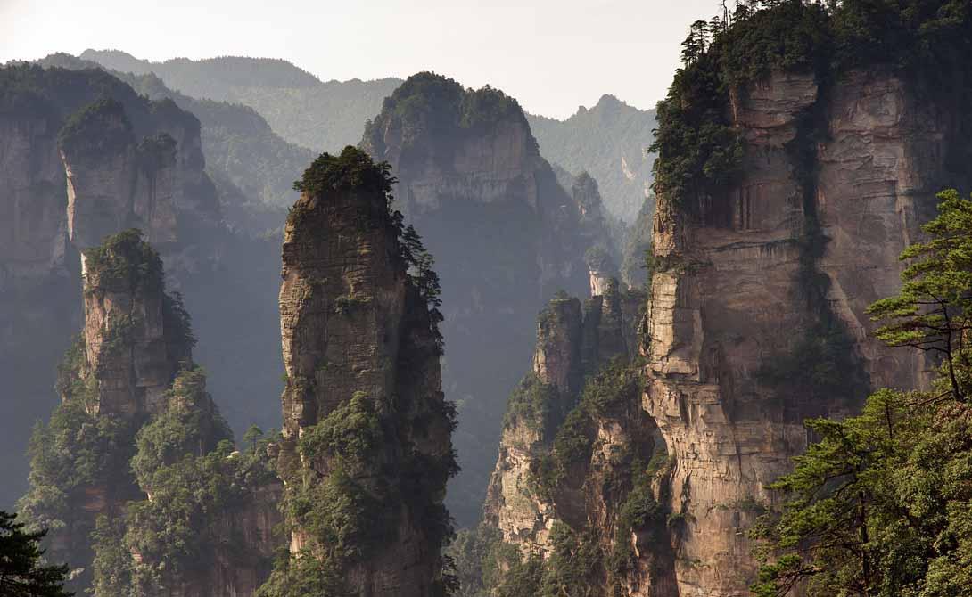 Национальный лесной парк Чжанцзяцзе Китай Расположенный в южной части провинции Хунань Китая, Национальный лесной парк Чжанцзяцзе представляет собой сюрреалистическое пространство каменных шпилей, сквозь которые в разные стороны растут деревья.