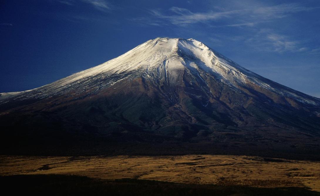 Фудзи Япония Очень немногие люди воспринимают знаменитую Фудзи опасным вулканом. Для большинства эта гора остается лишь знаменитой культурной достопримечательностью. Целых триста лет вулкан сохранял спокойствие, что является средним сроком между извержениями. Группа вулканологов из Токио уже опубликовала доклад, согласно которому великая гора может проснуться в любой момент. Датчики давления в лавовых камерах зашкаливают, предупреждая людей о возможной катастрофе. А ведь совсем неподалеку расположен огромный Токио, с населением в тринадцать миллионов жителей.