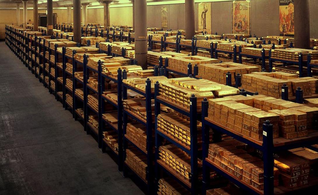 Моряки действительно носили золотые серьги. Таким образом они страховали свое посмертное существование: продав серьгу, друзья могли достойно похоронить матроса.