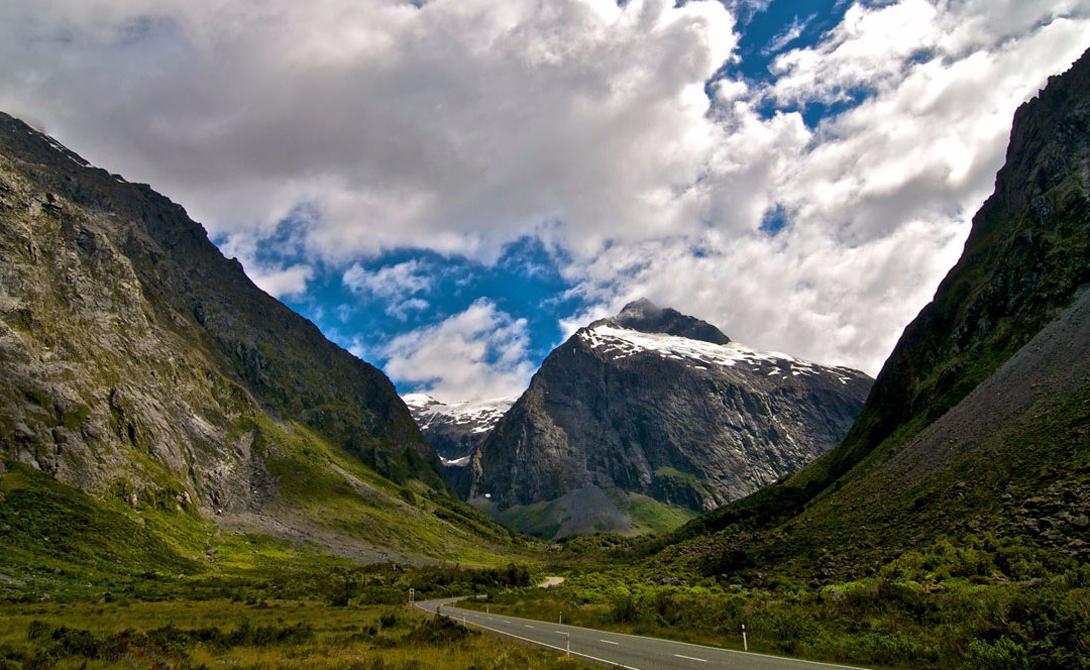 Milford Road Новая Зеландия Milford Road проходит сквозь национальный парк Fiordland, внесенный в список всемирного наследия ЮНЕСКО. Тут есть и пешеходные маршруты, адресованные тем, кто ценит зеркальный отблеск озер больше скоростных заездов по местности.