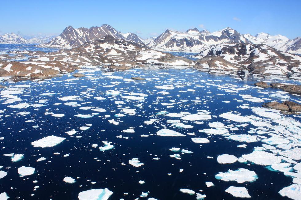 Гренландия В Гренландии живут люди. На самых окраинах. Большую часть этого огромного острова занимает ледяной покров: если величественная морозная пустыня когда-либо растает, то уровень мирового океана поднимется на целых десять метров.