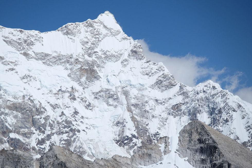 Гангкхар-Пуенсум Маленькая страна Бутан расположена на между Китаем и Индией, совсем недалеко от Непала. Местные гималайские горы считаются священными, восхождение на них строго запрещено. Вершина Гангкхар-Пуенсум всего на тысячу метров короче самого Эвереста, но что происходит на склонах этой горы знают разве что брахманы.