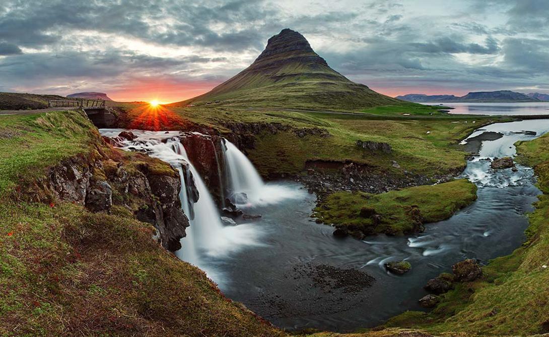 Исландия Вот уже шестой год подряд Исландия остается самой безопасной страной в мире. Скандинавы имеют меньше всего убийств, меньше всего заключенных и меньше всего террористических актов. Кроме того, острову совсем несложно решать территориальные проблемы — его границы надежно зафиксированы.