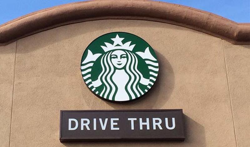 Логотип Старбакс Одна из самых безумных, но очень популярных теорий, распространяется на логотипы крупных американских концернов. В частности, добродушная русалка Starbucks может быть перевернута вверх ногами — и тогда будет напоминать голову козла. На корпоративном сайте Starbucks, естественно, предлагает более безвредное объяснение: рисунок основан на скандинавской гравюре 16-го века, на которую члены правления наткнулись совершенно случайно.