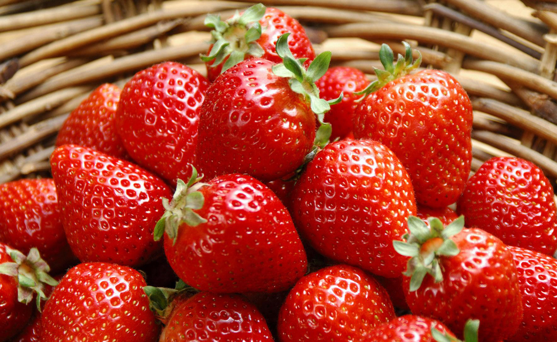 Клубника Одна небольшая чашка клубники содержит целых 89 мг витамина С. Кроме того, эта ягода богата антоцианами, которые могут помочь снизить кровяное давление и сделать стенки сосудов более эластичными. Завтрак из овсяной каши с клубникой будет отличным началом дня и позволит вам сохранить энергию до обеда.