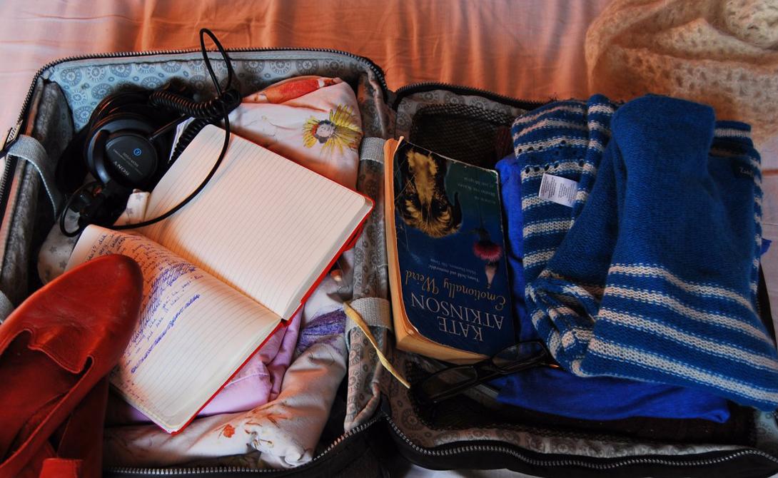 Забывчивость Упаковка чемодана в последнюю минуту — отличный шанс оставить самую важную вещь дома. К тому же, торопливые сборы наверняка превратят рюкзак в неудобно набитый мешок, ведь вы едва ли укладывали вещи правильно. Составьте список того, что собираетесь взять с собой и держите его постоянно в руках. Вычеркивайте каждый готовый пункт, так шансы забыть любимый фотоаппарат дома снизятся до минимальных.