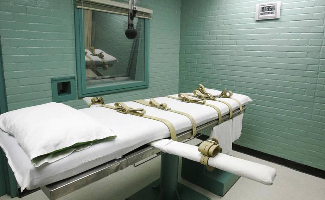 Смертельная инъекция Изобретатель: Джей Чепмен Расстрел, электрический стул, повешение, газовая камера — американским преступникам всегда было из чего выбирать. Но общественности, почему-то, не очень нравились такие способы решения проблем. Как-то неэтично, что ли. Новый метод (смертельная инъекция) предложил главный медицинский эксперт штата Оклахома, Джей Чепмен. Он намеревался одним махом убить целое стадо зайцев: гуманная казнь должна была снизить количество обращений в суд против смертных приговоров, арестанты не должны были бы проводить годы в ожидании смерти, и средневековые методы ушли бы в прошлое. Правительство США приняло идею Чепмена на ура. А добрый доктор, посмотрев разок как умирает преступник от «безболезненной» инъекции, зарекся от инновационных идей навсегда.